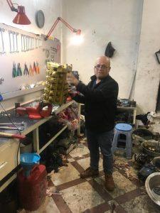 جواد سبحانی در حال تعمیر شیر کنترل بلدوزر D8N
