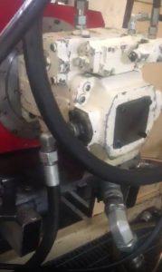 جواد سبحانی در حال تعمیر پمپ هیدرولیک شرکت اولنگ
